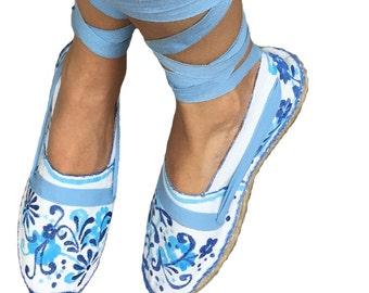 Alpargatas flores azules pintadas en talavera mexicano, alpargatas flores azules, alpargatas mayolica pintadas a mano, diseñadores modernos