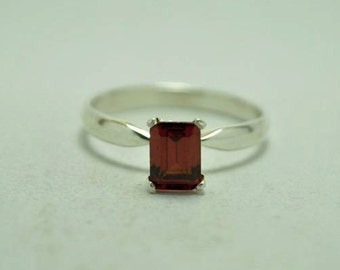 T21B07 Vintage Modernist Styl Red Rectangular Stone Sterling Silver Ring Sz 7.75