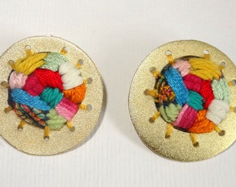 Earrings, finish in gold or silver with handcrafted embroidery in different colors.
