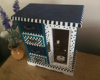 JJ's Vintage Wonderland jewellery box made with alice in wonderland cheshire cat in mind, musical
