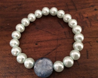 Pearl effect and apatite crystal healing bracelet
