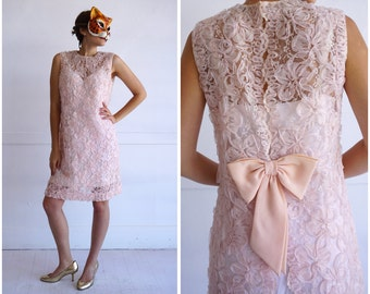 Sexy 60s Mod Pink Scallop Lace Sheer Sleeveless Shift Shell Dress with Bow and Open Back | Medium