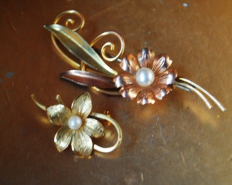 Art nouveau vintage 40s,  12k and 14k gold plated, lot of 2 brooches. Made by Van Dell and Wells.