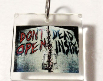 Don't Open Dead Inside TWD The Walking Dead Pendant Clear Acrylic Sun Catcher Stained Glass Key Chain Deco Hangy Thing Ornament Dangle D3