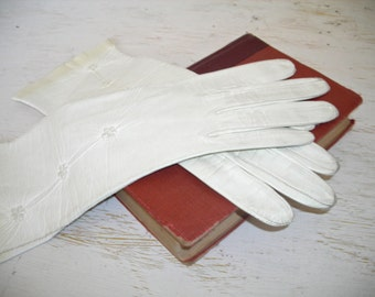 ivory leather gloves - vintage ladies fashion item - wearable buckskin soft gloves - shabby cottage chic
