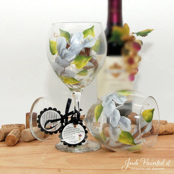 Painted wine glass, flower wine glass, personalized, gift, wine goblet, unique wine glass, floral decor, spring table decor, white flowers