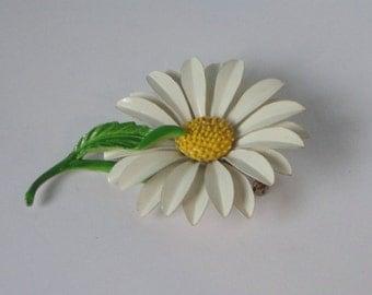 Vintage Metal  Enameled Daisy Flower Brooch/Pin.