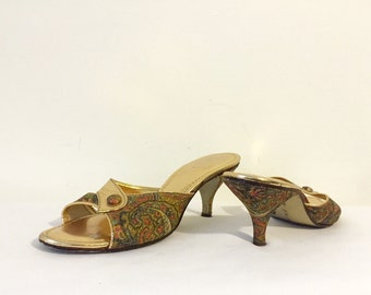 Vintage 60s 1960s Metallic Paisley Printed Kitten Heels Mules Gold Leather Size 8 Peep Toe Slippers Shoes