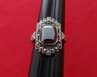Vintage size 6.25 art deco sterling ring with black stone and marcasites in great condition, signed UNCAS (U with 2 arrows) and STERLING