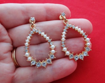 """Vintage  1.5"""" gold tone pierced dangle earrings with pearl and rhinestone accents in great condition, appears unworn"""