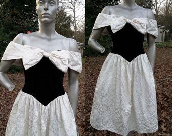 45% descuento Vestido de fiesta de Gunne Sax de los años 80 / años 80 Vestido de Dama de honor vestido años 80 Vintage vestido / apagado vestido en terciopelo negro y brocado crema tamaño