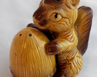 Vintage Squirrel Acorn Salt and Pepper shakers, Ceramic Japan 1950s