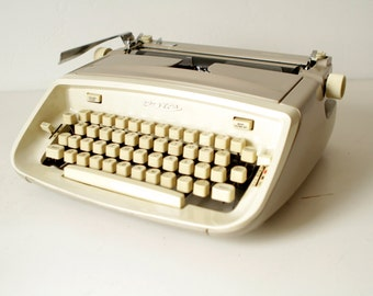 TYPEWRITER antique portable manual edition with CASE and original manual works perfectly