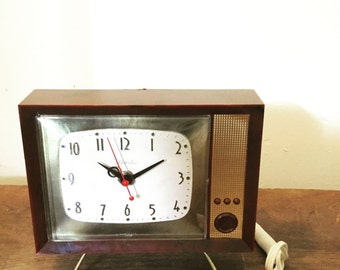 Vintage 1960's Spartus Mid Century Wall Or Mantle Clock Shaped Like TV WORKS