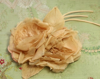 Lovely vintage millinery rose flower ecru cream organdy soft shades corsage pin hat cloche bonnet dress 1930