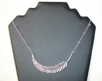 Collier court large plume et perles  en verre à facettes parme