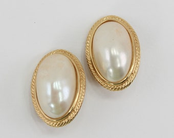 Vintage Gold Tone Faux Baroque Pearl Ivory Off White Oval Cabochon Goldtone Wedding Bridal Traditional Large Domed Clip On Earrings