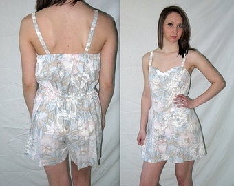 whisper to a scream .... Vintage 80s shorts romper / sun play suit mini / floral one piece 1 pc / strappy high waist waisted / S M
