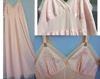 Flower Burst Bodice 1960s Kayser Slip Nightgown / Vintage Peach-Pink Slip / Beautiful Vintage Nightgown / Size 38 Large