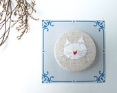 Embroidery - Pin Bordado - Embroidered Pin - white cat