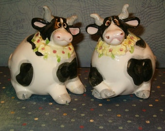 """Fitz & Floyd Omnibus Fat Cow Salt and Pepper Shakers with Daisy Necklace, Stoppers, 3.25""""H"""