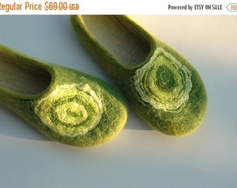 Christmas in JULY Felted slippers Green slippers Women slippers Women home shoes House shoes Woolen clogs Felted clogs Traditional felt Vale