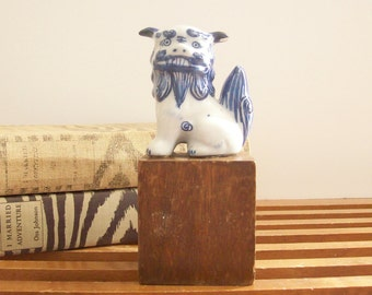 Vintage Asian Foo Dog, Small Blue and White Porcelain Fu Dog, Chinoiserie Chic, Hollywood Regency Decor, Foo Dog Statue, Fu Dog Figurine
