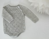 Tiriltunge Newborn onesie (english pattern)