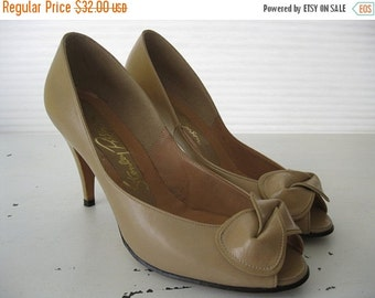 ON SALE vintage. PUMPS. shoes. Leather. bow. Nude. neutral. 1980s. Size 7 1/2.