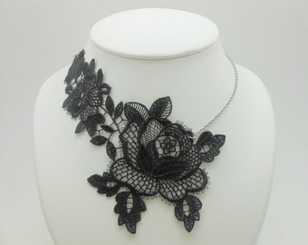 Asymmetrical collar in Black Lace with stainless steel chain