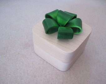 Engagement Ring Box Maple with a Emerald Green Bow
