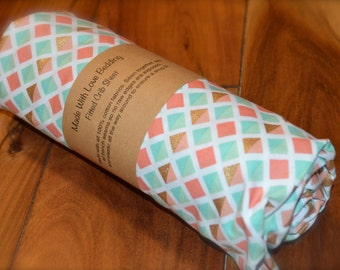 Fitted crib sheet / Coral, mint, and gold diamond