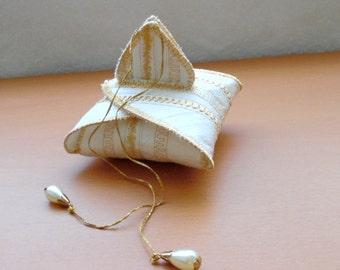 Gift or keepsake box for wedding rings