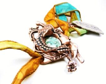 Bracelet cuivre et visage cabochon céramique turquoise sur ruban de soie