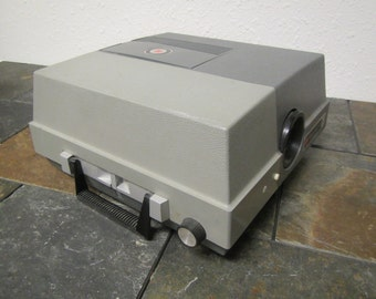 vintage GAF Anscomatic 680 Slide Projector with remote. In working condition  * 1970s circa