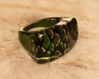 Vintage 70's Lucite Ring With Green And Black Dragon Scale Graphic - Size 6