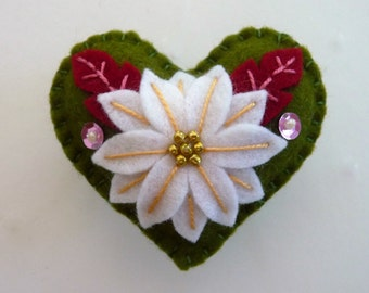 Poinsettia Felt Heart Brooch, Poinsettia Felt Heart Pin, Christmas Brooch, Christmas Pin, Poinsettia Brooch Pin, Winter Brooch, Holiday Pin