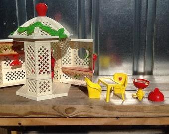 Vintage Strawberry Shortcake GAZEBO/Garden House Playset Complete