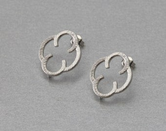 Clover Post Earring . Matte Original Rhodium Plated . 10 Pieces / C3135S-010