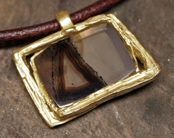 Yellow gold pendant with Montana agate