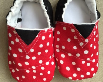 Minnie Mouse baby shoes, booties, baby shoes, crib shoes, infant, Disney, polka dot