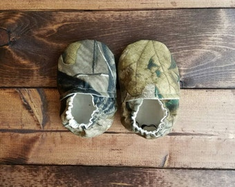 6-9 month camouflage baby shoes, infant fabric moccasins, crib shoes, booties.