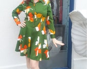 FREE SHIPPING gorgeous 1970 polyester mini with big bright flowers! Vintage beautiful condition. Size 12