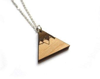 Wood collar with mountain pendant, nature inspiration, landscape, lasercut and laser engraving, triangle shape, chic modern hand made France