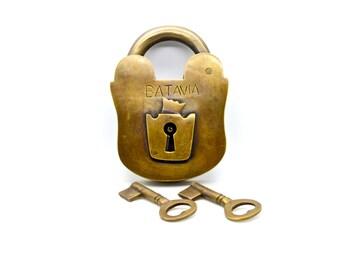 Brass padlock and skeleton keys.  Large old retro style padlock. cabin decor gifts. cupboard lock. Vintage lock.jail padlocks. housewarming