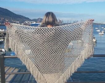 Light grey shawl with long fringes Объемная шаль с бахромой