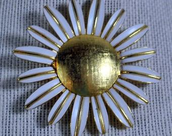 Vintage Avon White Enamel Daisy Flower Locket Perfume Holder Brooch Pin Gold Tone
