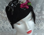 VINTAGE 1920s Black Crepe Beaded CLOCHE FLAPPER Hat Fabric Flowers Cats Meow