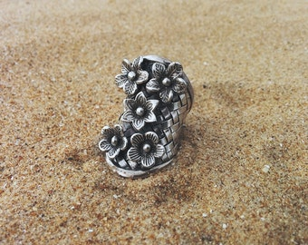 Big silver ring. Adjustable silver ring. Flower silver ring. Statement silver ring. Anillo de plata. Contemporary ring. Argent. Silber.