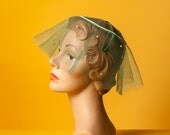 Vintage 1950s tulle and pearl hat / emerald green / full circular veil with covered wire base / unique / garden party / one size fits most